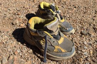 Un par de zapatillas de niño se encontró entre los restos del avión.