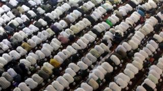 مسلمون يؤدون السجود في إحدى الصلوات