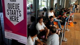 Singapore pair 'tried to buy iPhones at airport without ...
