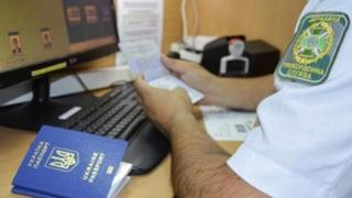 Прикордонник із паспортом