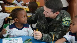 Militar brasileiro com menino haitiano