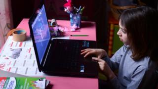 Bilgisayardan İnternete Giren Bir Çocuk