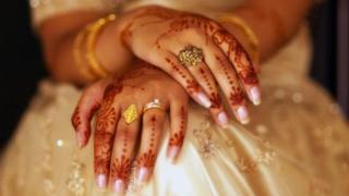 زنانی که برای حفظ ازدواجشان با مردان غریبه میخوابند