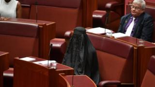 上院の議場でブルカを着用したハンソン議員