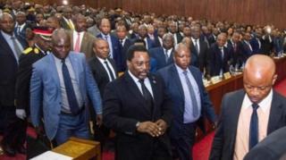 Bwana Kabila (hagati) yategerezwa kuba yatanze imihoho mu mpera z'umwaka wi 2016 ariko amatora yo kumusubiriza ntiyaba