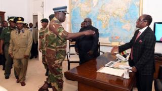 رويرت موغابي وفيديليس موكونوري وقادة الجيش في زيمبابوي