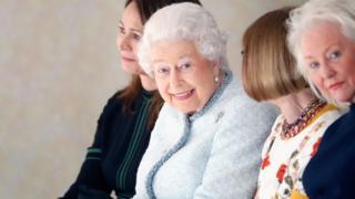 本屆時裝周上女王除了看秀頒獎,還參觀了數百名設計師的作品展示會,其中最引人注目的要屬博柏利靈魂人物克里斯托弗·貝利的告別秀。