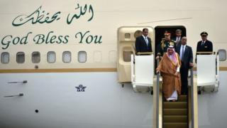 Король Саудовской аравии пребывает в Индонезию.