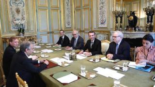 Il s'agit d'une équipe paritaire de 18 ministres, issus de la gauche, de la droite, du centre et de la société civile.