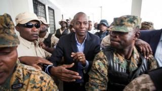 Un grupo de militares escolta al presidente electo de Haití Jovenel Moïse de la Fiscalía el 25 de enero.
