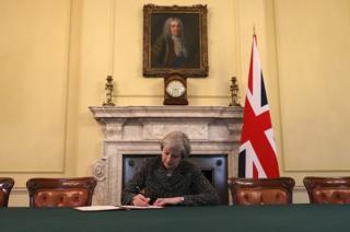 La primera ministra de Gran Bretaña, Theresa May, firmó la carta que invoca el Artículo 50, confirmando el retiro de Reino Unido de la Unión Europea