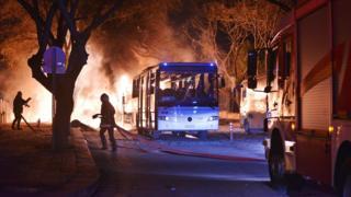 爆発現場で消火活動にあたる消防隊員