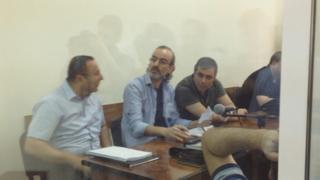 Müttəhimlər Jirayr Sefilyan (ortada), Gevorq Safaryan (sağda) vəkil Tiqran Hayrapetyanla