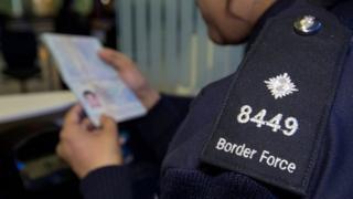 Pasaport kontrolü fotoğrafı - arşiv