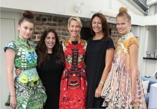 英國品牌瑪麗·卡特蘭佐(左二)與設計師的平面聖誕樹禮服(左一)
