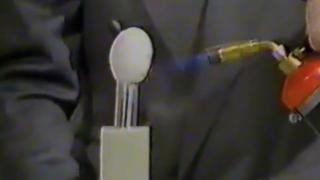 Imagen de un huevo sometido a la llama de un soplete