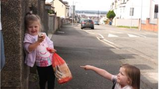 Millie ac Emily yn Nghaernarfon