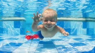 У младенцев отсутствует врожденное умение плавать, утверждают ученые