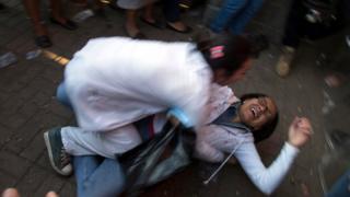 Una mujer se entera de que su hija murió en el incidente en el albergue