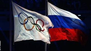 Bendera ya michuano ya Olimpiki na ya urusi zikipepea