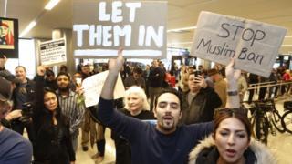 فرمان آقای ترامپ به اعتراضات وسیعی در آمریکا منجر شد