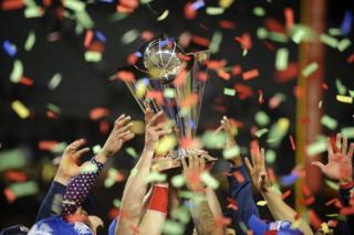 El equipo estadounidense alza el trofeo tras ganar 8-0 a Puerto Rico en el Clásico Mundial de Béisbol en el estadio Dodger de Los Ángeles, en California, EE.UU.