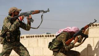シリアのハマで交戦するシリア政府軍兵士(今年10月)