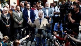 Fawzi Haffar, ketua dewan pengurus Masjid Didsbury, berbicara kepada pers setelah serangan Manchester.