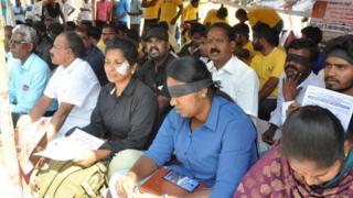तमिलनाडु के पुडुकोट्टई में धरने पर बैठे लोग.