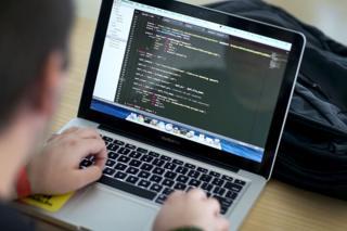 พ.ร.บ.คอมพิวเตอร์, วีระ สมความคิด, คปต., เลขาธิการเครือข่ายประชาชนต้านคอร์รัปชั่น, แอมเนสตี้ อินเตอร์เนชั่นแนล, บก.ปอท., พระราชบัญญัติการกระทำความผิดเกี่ยวกับคอมพิวเตอร์