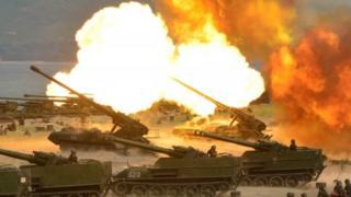 北朝鮮の朝鮮人民軍創建85周年を記念した砲撃訓練。写真は国営朝鮮中央通信が26日に配信