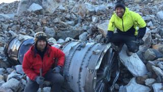 Futrell y Stoner con partes del avión estrellado en Bolivia.