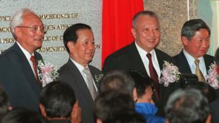 魯平、錢其琛、董建華與姜恩柱在香港中聯辦揭牌儀式上(1/7/1997)