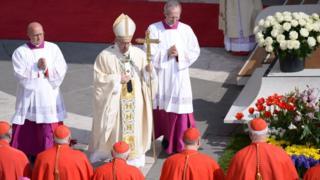 Папа Римский и кардиналы во время Пасхальной мессы