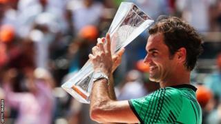 Roger Federer levantando un trofeo.