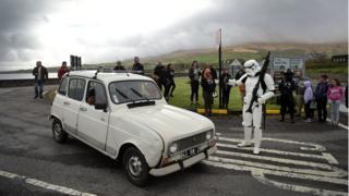 """Человек в костюме штурмовика из """"Звездных войн"""" останавливает машину в Портмаги"""