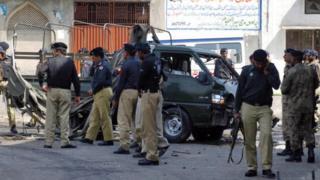 La police pakistanaise sur le scène d'une explosion de bombe au Lahore en 2010
