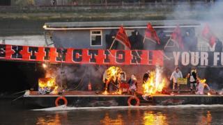 قارب يحترق في نهر التايمز