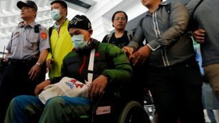 梁圣岳在父亲的陪同下返抵台湾,在出关后坐上轮椅。