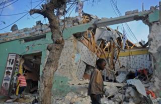 Mogadishu irakunze kwibasigwa n'ibitero biturutse ku bibombe vyatezwe mu miduga