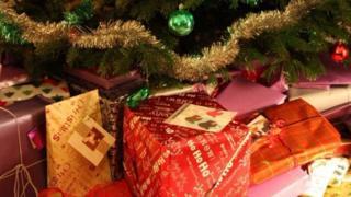 Cảnh sát nói không nên để quà dưới cây thông nếu người ta có thể nhìn được từ ngoài cửa số