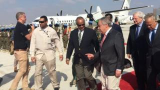 Umunyamabanga mukuru wa Onu Antonio Guterres (uwa kane uvuye i bubamfu) ashitse ku kibuga c'indege ca Mogadishio