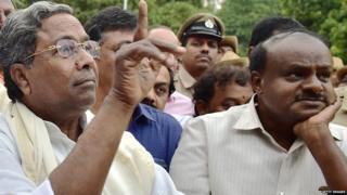राजभवन में राज्यपाल के समक्ष अपनी सरकार बनाने का दावा पेश करने पहुंचे सिद्धारमैय(बाएं) और एच डी कुमारास्वामी