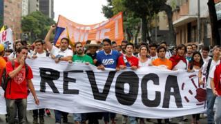 Marcha de opositores venezolanos a favor del revocatorio.