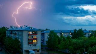 Существует расхожее мнение, что вероятность быть ударенным молнией - один к миллиону. Но это верно лишь отчасти