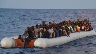 Abamukira ababa buzuye mu bwato bavuye ku nkngero za Libya