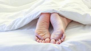 Ноги в ліжку