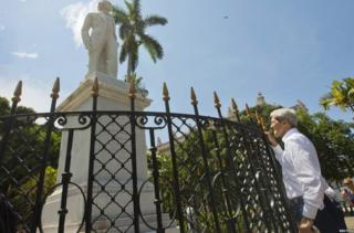 John Kerry stops to get a closer look at a statue of Carlos Manuel de Cespedes in Cuba on 14 August, 2015
