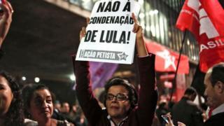 """Женщина с плакатом """"Нет приговору Луле!"""""""