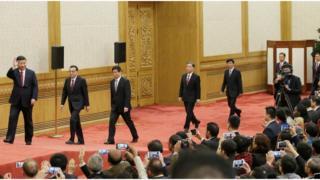 習近平率領新一屆政治局常委在人民大會堂一樓東大廳與中外記者見面。